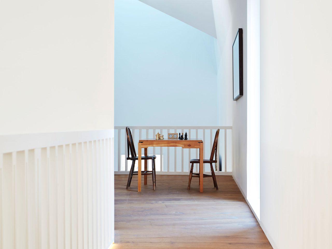 Caring Wood Haus in Kent, England. Flur mit BASWA Phon Akustikdecke