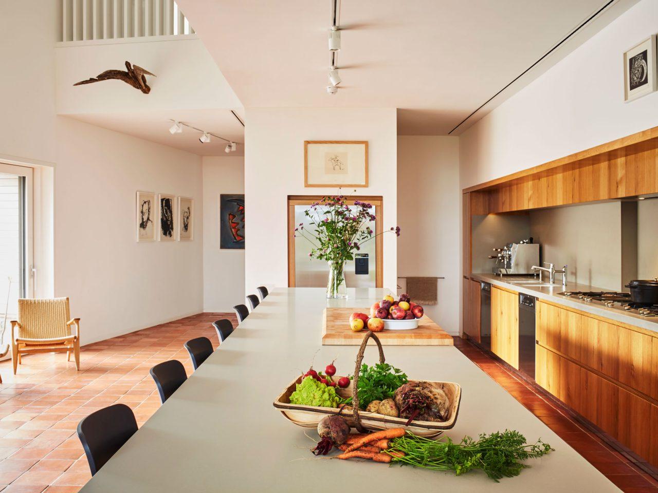 Caring Wood Haus in Kent, England. Küche mit BASWA Phon Akustikdecke