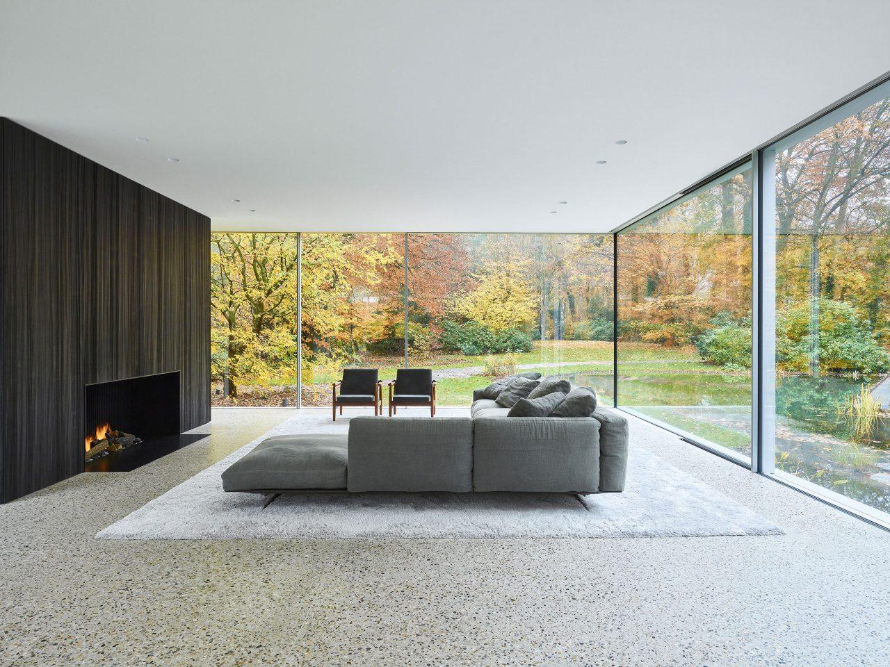 Wohnzimmer mit Blick in die Natur und fugenloser BASWA Phon Akustikdecke